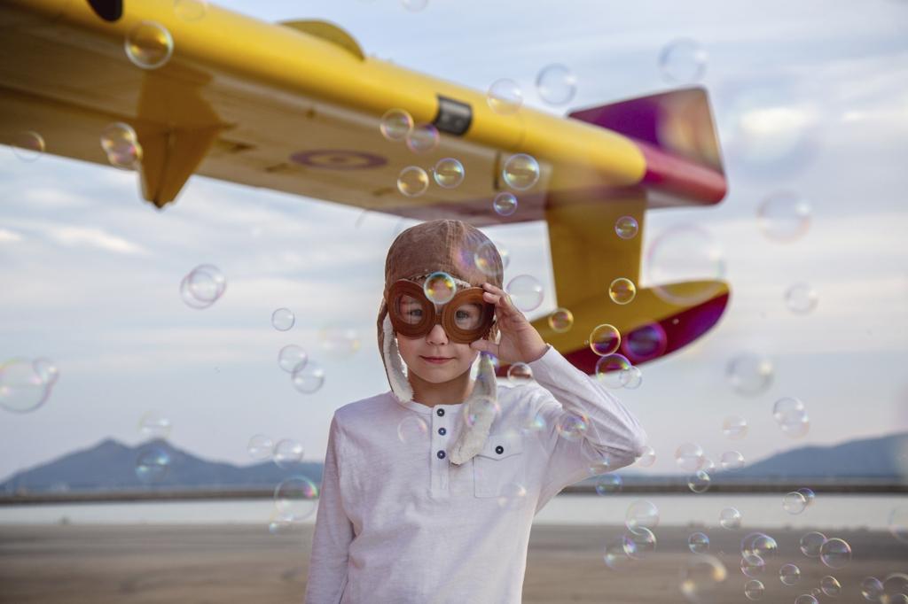 Retrato de un niño disfrazado de aviador.