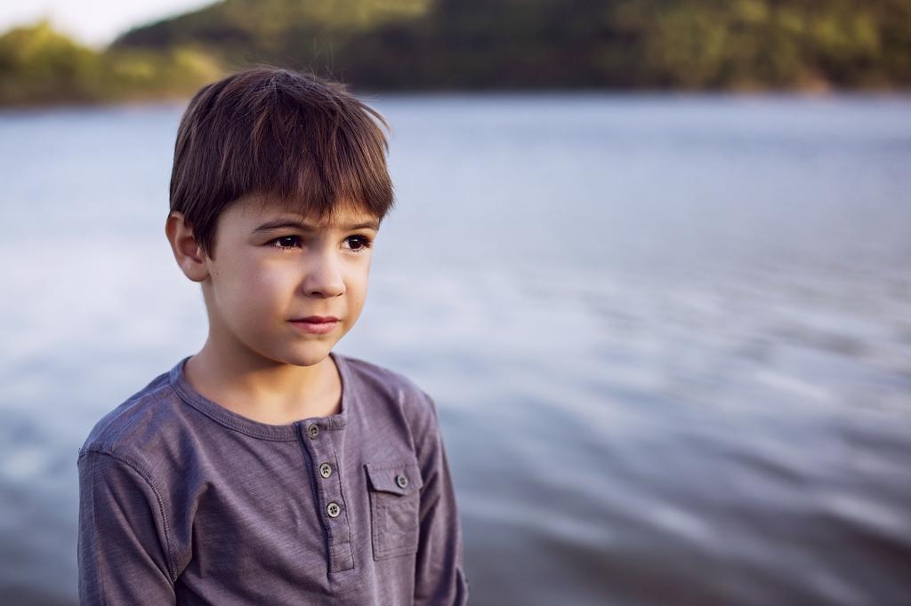 Retrato de un niño pensativo en el agua.