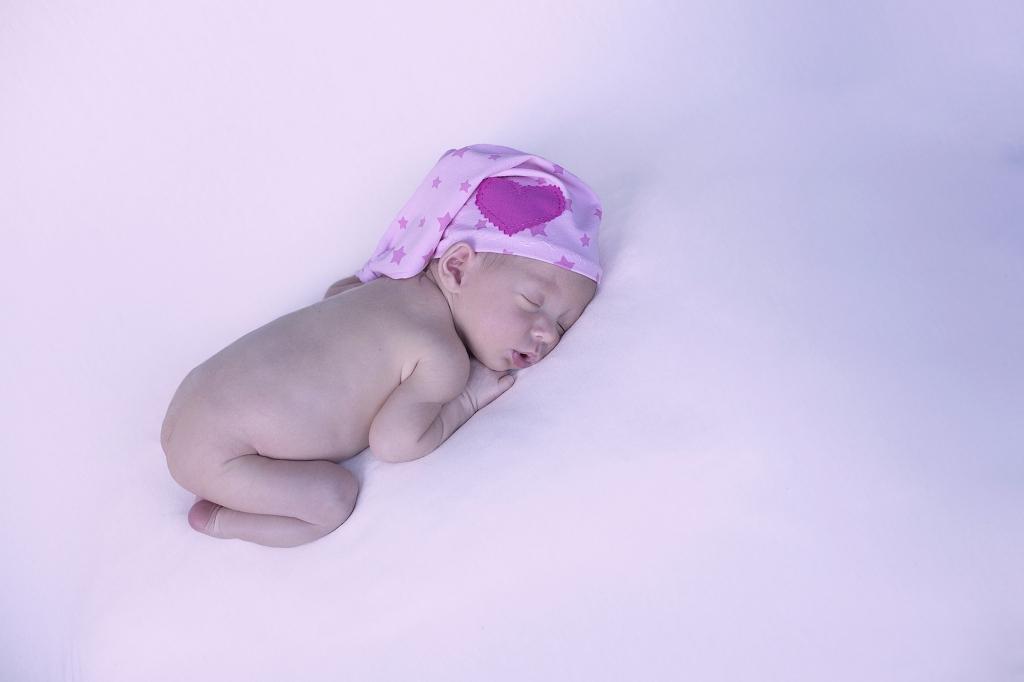 Recién nacida con gorrito dormilón de estrellas.