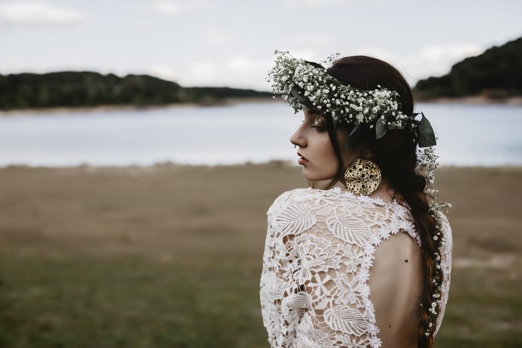 Retrato d novia de espaldas con pendiente grande dorado.