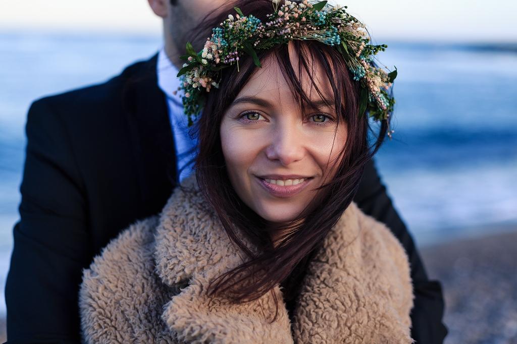 Retrato de novia con corona de flores de colores.