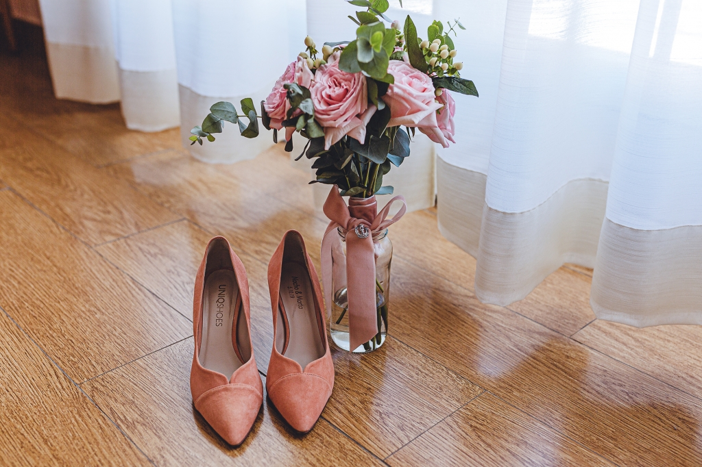 Zapatos y ramo de la novia. Detalles que hacen una boda única.