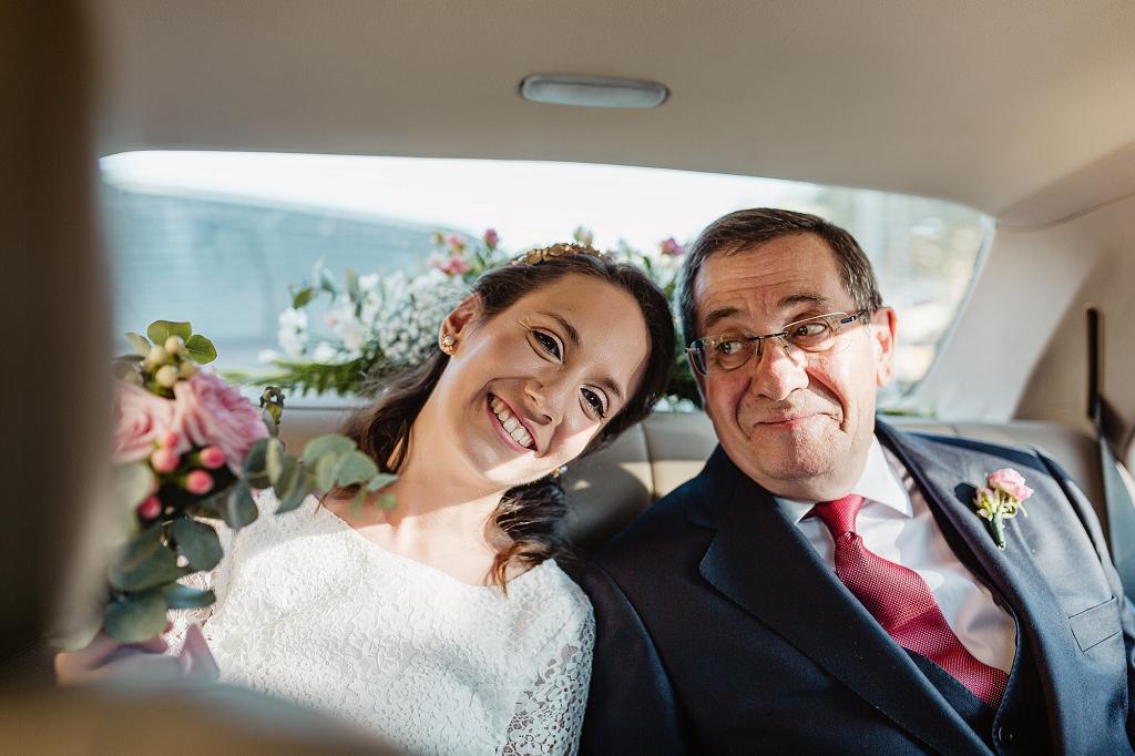 Novia de la mano con su padre en el coche.
