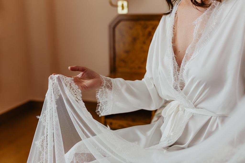 Novia mirando su vestido.
