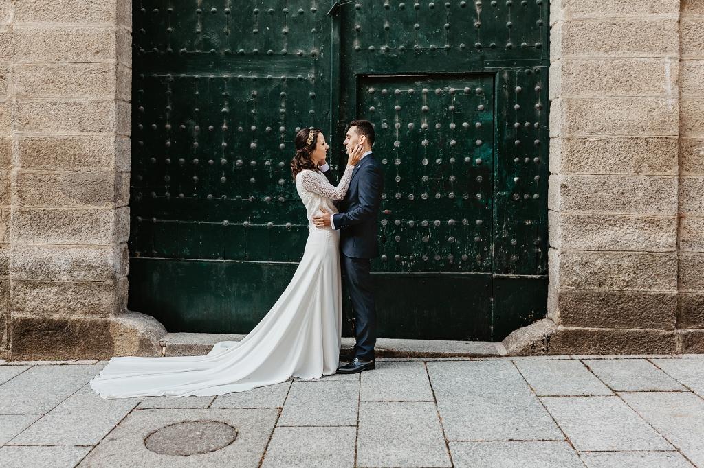 Pareja de novios en una puerta antigua verde en El Escorial.