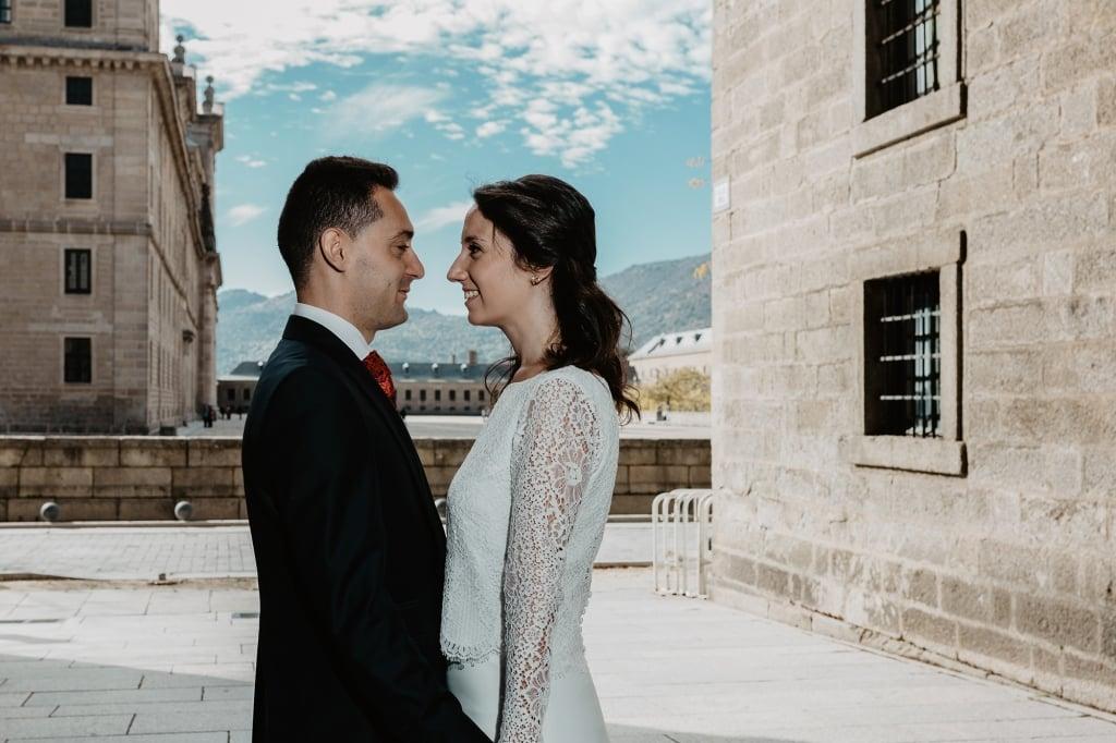 Pareja de novios abrazados en San Lorenzo de El Escorial.