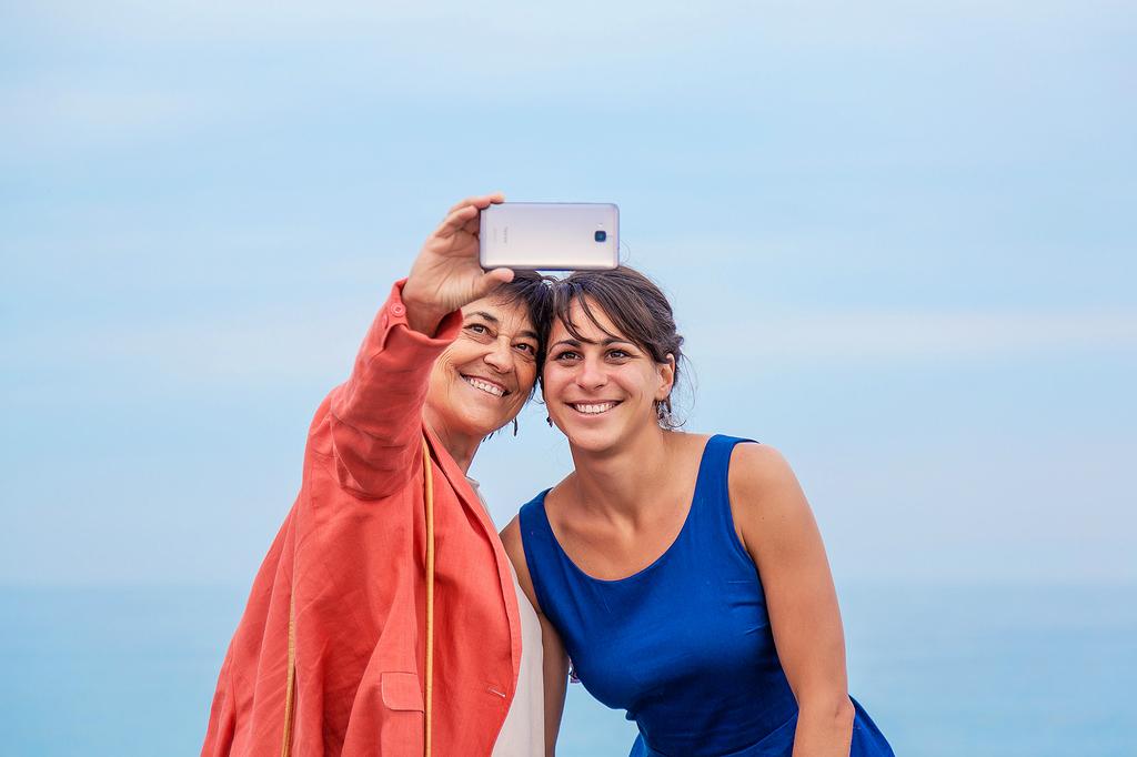 Dos invitadas a la boda, haciéndose un selfie con el móvil.