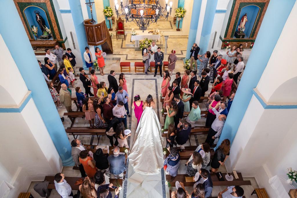 Novia entrando a la iglesia vista desde el altar.