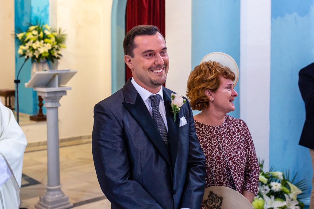 Novio emocionado al ver entrar a la novia.