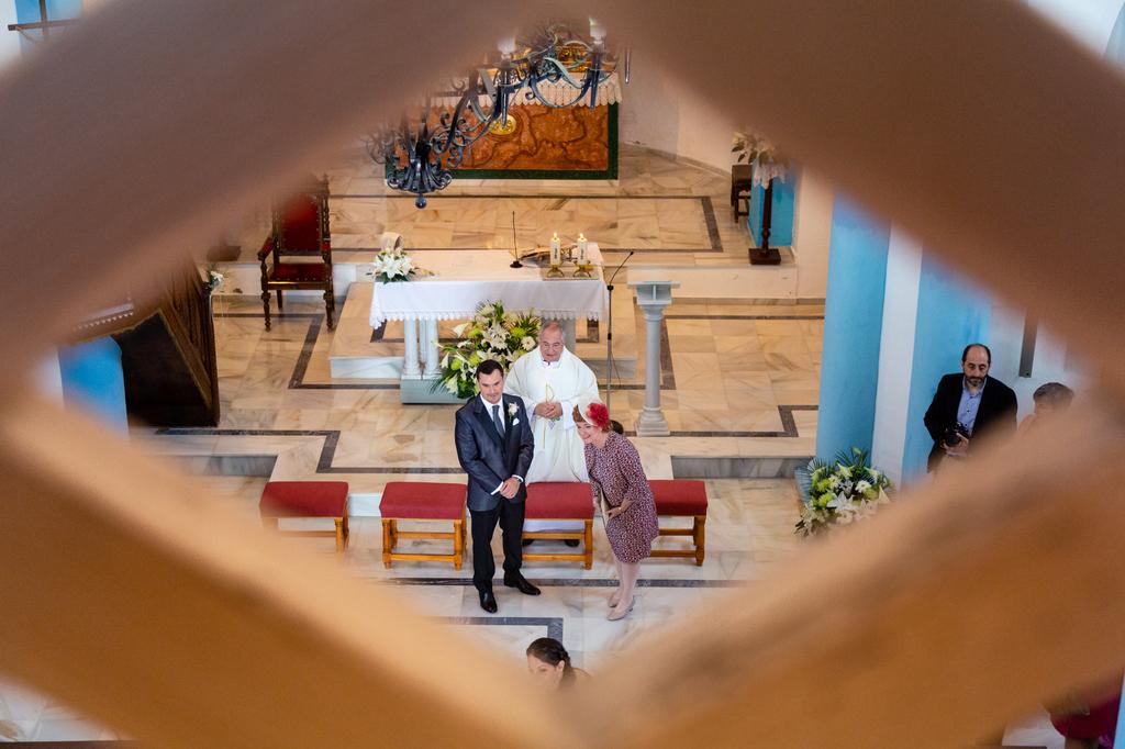 Novio y madrina esperando que entre la novia.