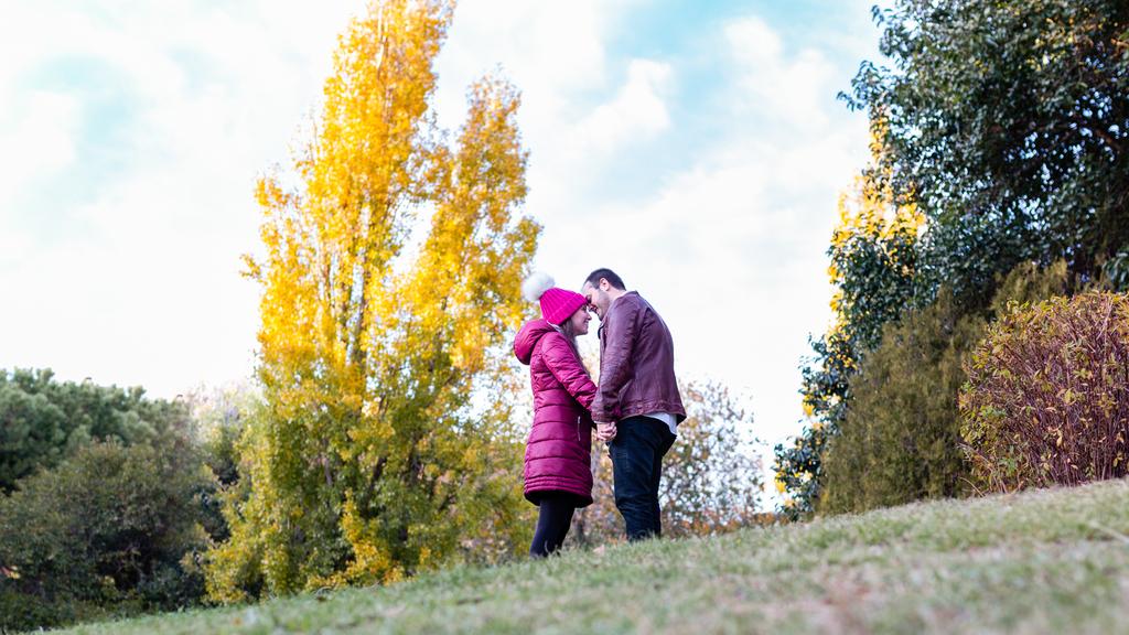Pareja abrazada en un parque de Madrid.