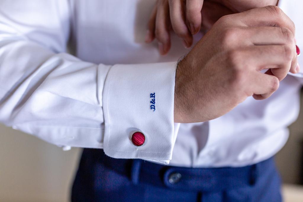 Detalle del puño de la camisa del novio con las iniciales.