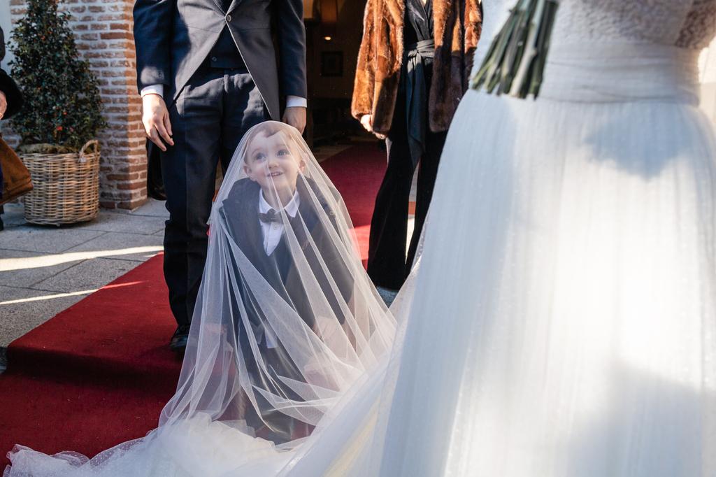 Sobrino de la novia escondido debajo de su velo.
